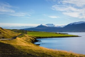 A lake and mountain range in Iceland symbolising the investment opportunities